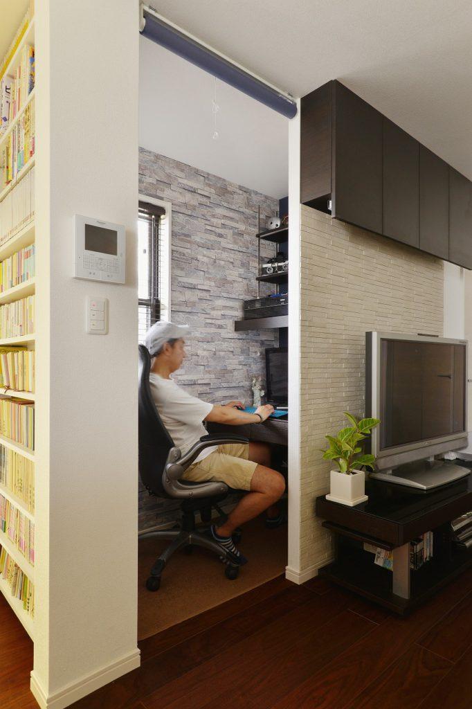 【書斎】 家族と同じ空間にいながらも趣味の空間を満喫できるスペースを設計しました。