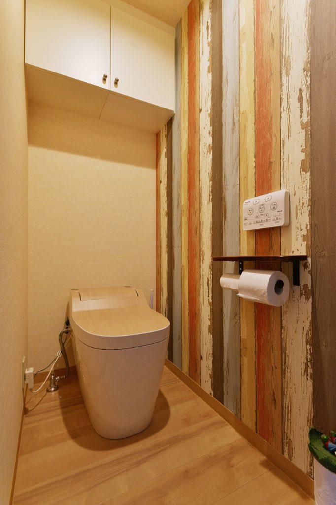 内装やアクセサリーをこだわったトイレは、ご主人の好きなテイストでまとめました。