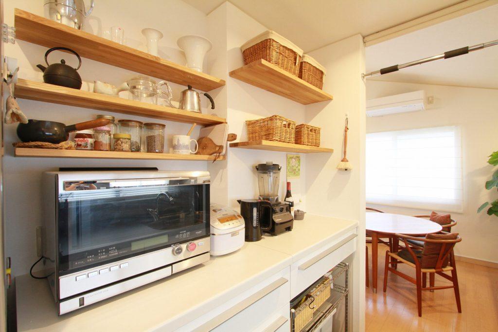 【キッチン】 段違いに設置したカウンター、埋め込んでスッキリさせました