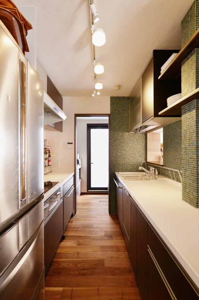 【キッチン】 ご夫婦とも料理をされるのでキッチンを2列型の配置にし、調理スペースを広げた。お子さんが手伝うようになり、キッチンが家族を感じる場所になりました。