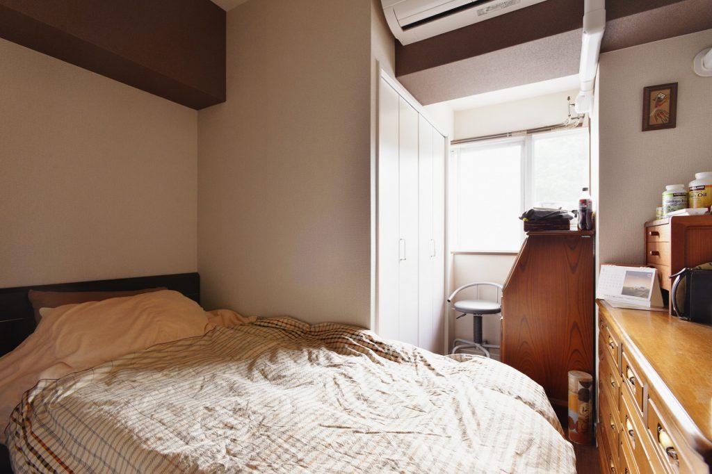 【寝室】ご主人様寝室はベースクロスをベージュ、アクセントカラーをダークブラウンの配色とし落ち着いた空間にしました。