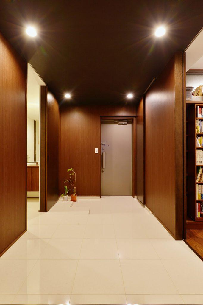 【エントランス】エントラスからアクセスできるのは サニタリー、シュークローク、書斎そしてリビング エントラスをアクセスのコアにする事で廊下なくす、くつろぐために必要なものは、物理的な広さ。 それを充実させるためには割り切りも必要。