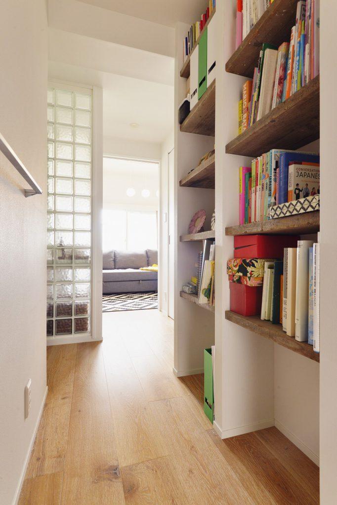 【廊下】ホールスペースにはブックシェフも作り付け 家族で本を共有する事で、会話が広がります 本棚の位置も家族のコミュニケーションに必要なアイテム