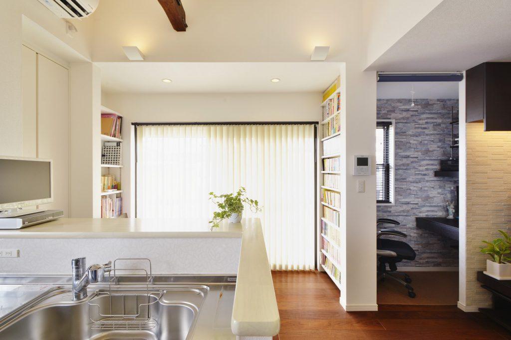 【キッチンからダイニング】 カウンター下や少しの空間も袖壁を作り本棚を作成。余すと来なく収納を作っています。