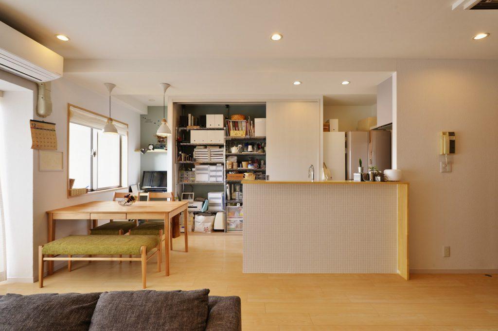 【キッチン収納】 キッチン後ろには壁面いっぱいの収納。中の棚はお客様で設計から組立まで!さすがです