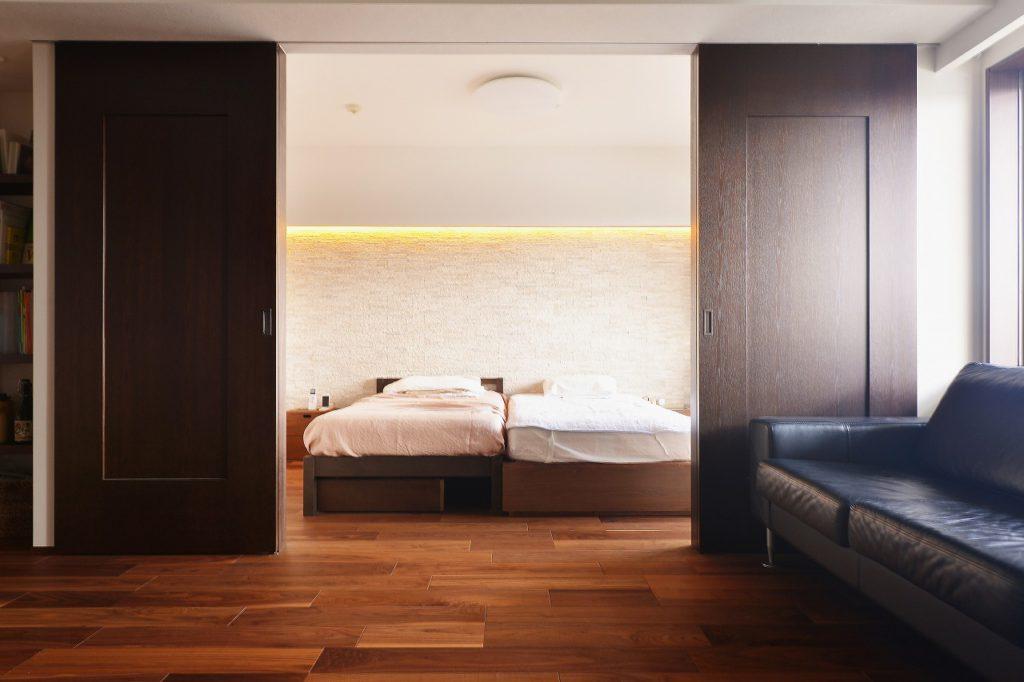 【ベッドルーム】 リビングと扉で仕切られたベッドルーム。廊下をなくす事で、自由な空間のつながり ベッドに寝転がると 正面にテレビが現れる。休日を自由に過ごすためのレイアウト。
