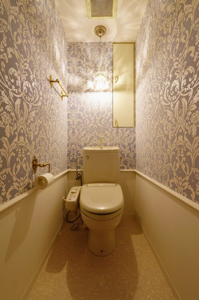 【トイレ】 腰壁部分にモールを取り付け下部を塗装、上部はテシードの輸入クロスを貼りました。