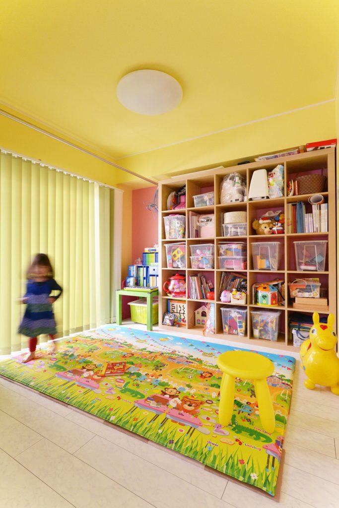 【子供部屋】 LDKのすぐ横の子供部屋は、敢えてビビットなカラーを多用し、カラフルで楽しいお部屋になるようコーディネートしました。
