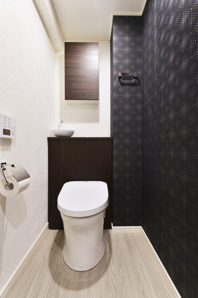 【トイレ】 スタイリッシュな空間ですが、 背面キャビネットで収納も充実してます。