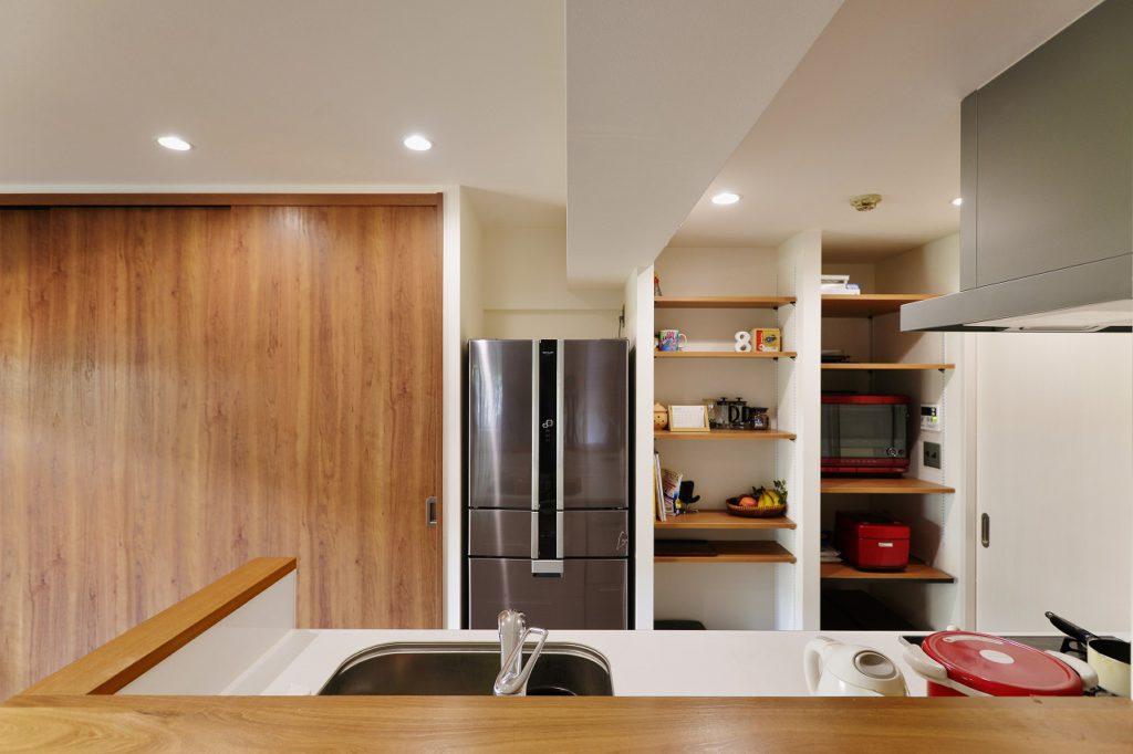 【収納+パントリー】 キッチン収納、扉で隠してますが中身は前から使っているお気に入り物。慣れてるものって使い勝手いいんですよね。それを活かすのもアイデア次第。