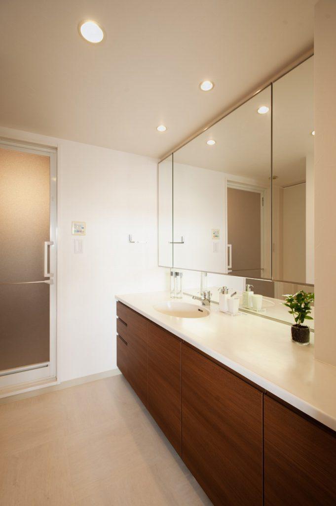 【洗面所】カウンターやミラーは既存のまま活かし、扉、キャビネットの造りかえでイメージを一新しました。