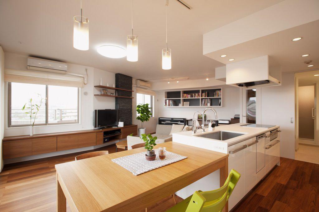 【キッチン】ダイニングテーブルをキッチンのすぐ横に設置したことで、家事動線がぐっと楽になりました。