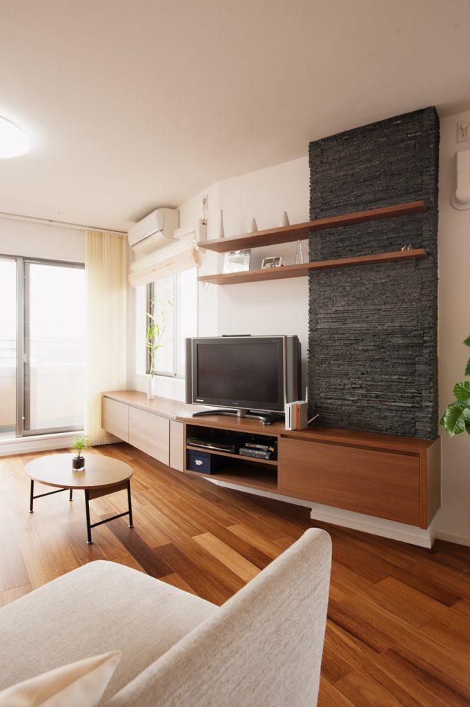 【リビング・ダイニング】こちらの斜めの壁・・・正直とても苦戦しました。家具の取り合いの納めを何度も調整し、満足の形に仕上がりました。