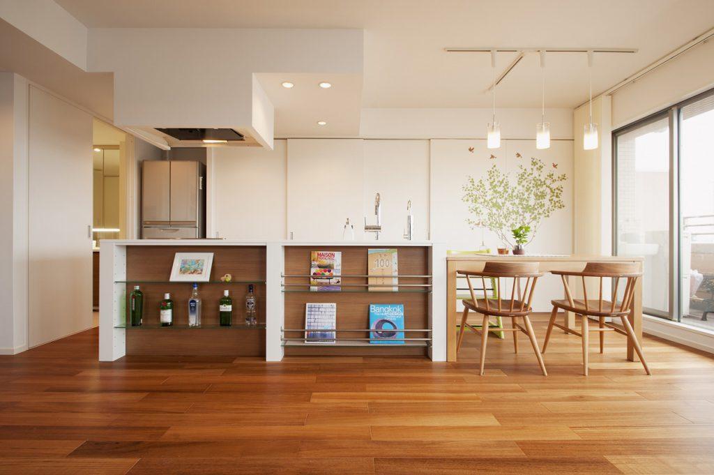 【キッチン】既成品のキャビネットとオーダーのカウンターを組み合わせ、リビング側からのアクセントとしています。
