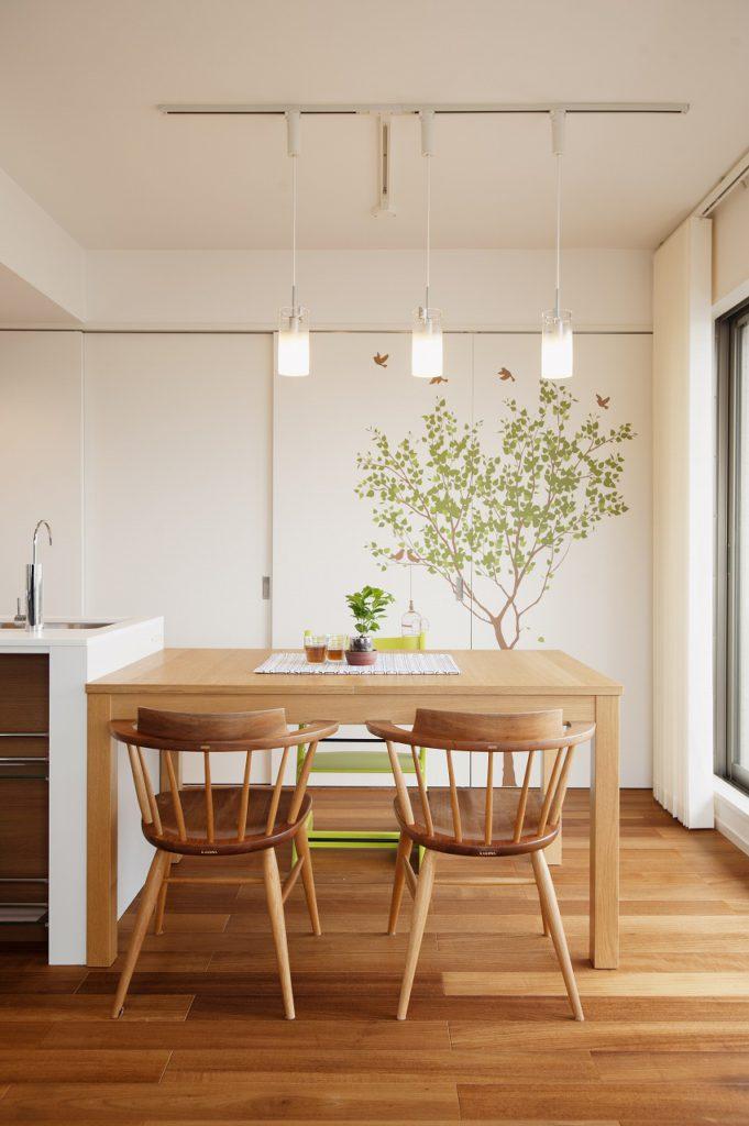 【ダイニングキッチン】吊り照明と植物のイラストが描かれた建具。食事をしながらゆったりとした時間を過ごすことができます。