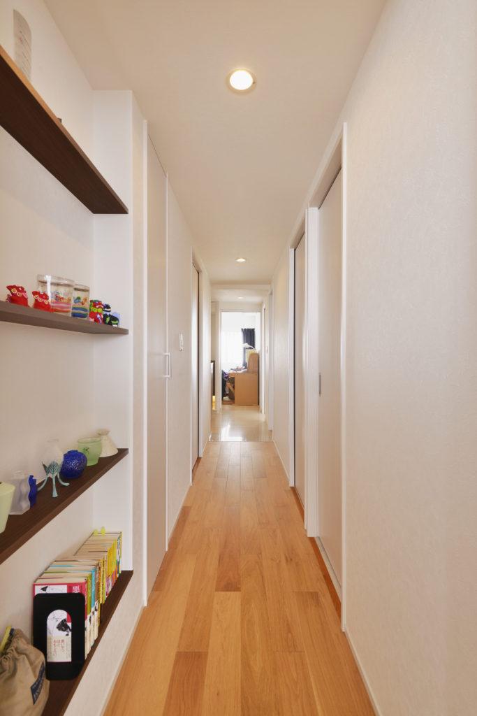 【廊下】オークの無垢フローリングを使用することで上質な空間となりました。