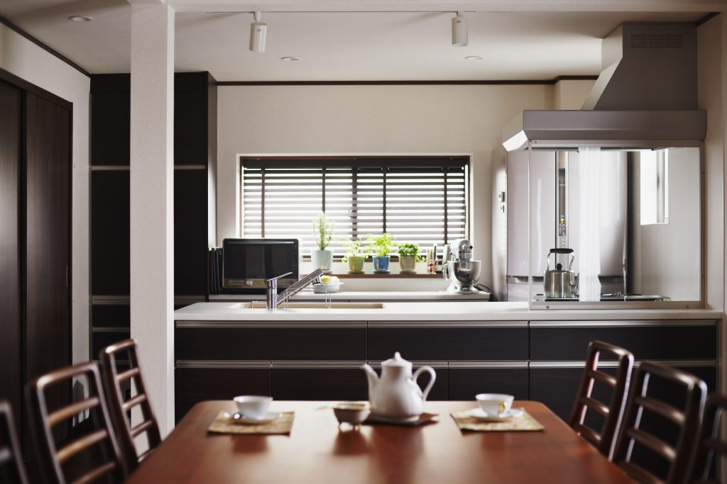 【キッチン】限られたキッチンスペースで「奥行き」が欲しかった奥様。サイズ感にこだわり、網・天板等を置いておけ、下ごしらえした物やちょっとした材料の仮置き場にも最適です!