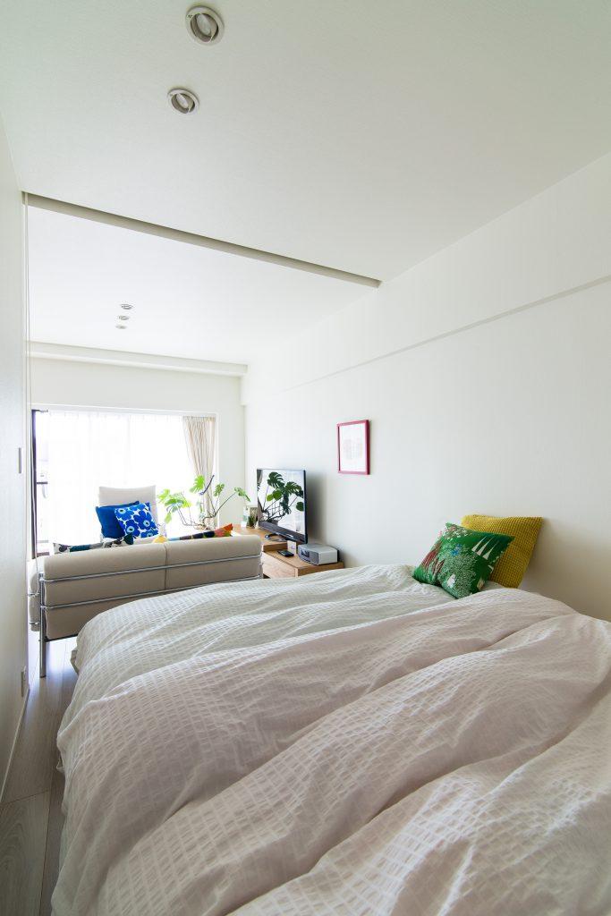 【寝室】LDKに隣接した寝室は、ブラインドを開けると一体の空間に。将来的にLDKに取り込むこともできます。