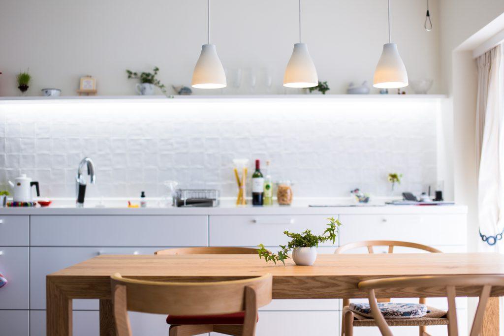 【LDK】4メートルのキッチンには間接照明と飾り棚も。お気に入りの雑貨を飾って素敵な空間になりました。