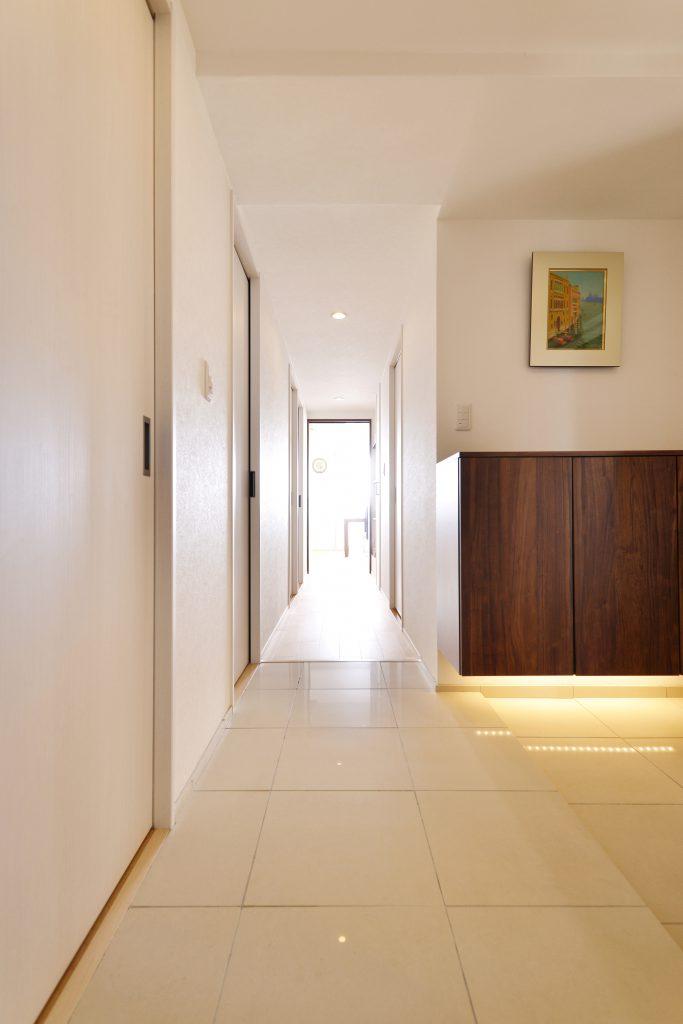 【玄関】玄関ホールには土間と同じタイルを使用することで、空間の視覚的な広がりを演出しています。