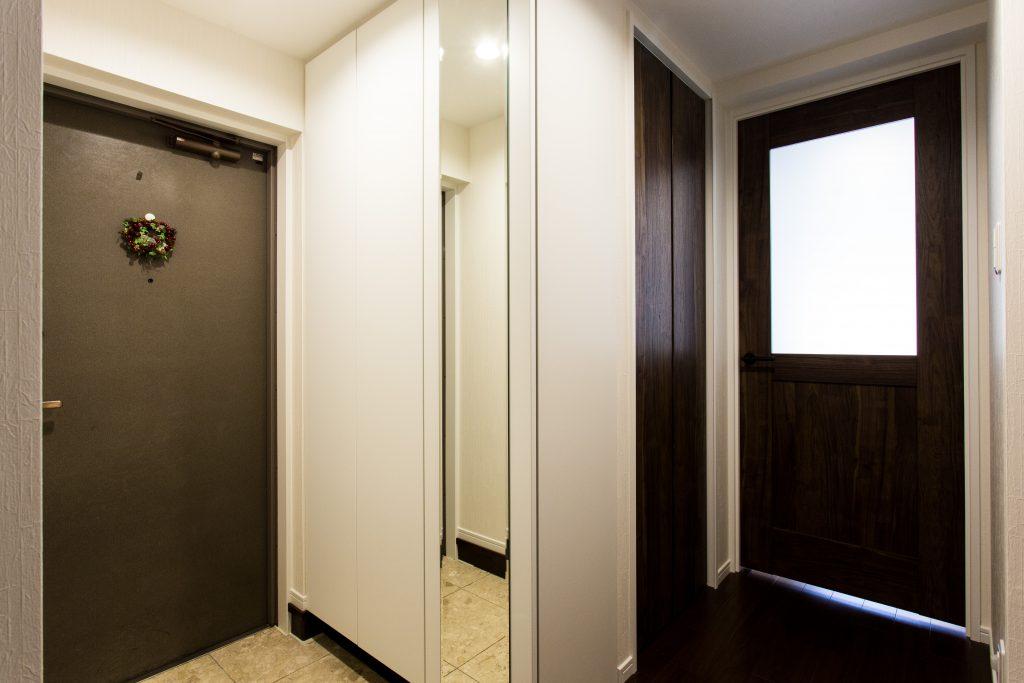 【玄関】スッキリした玄関収納、洋室の収納を確保するために斜めの入口