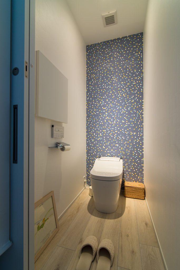 【トイレ】アクセントでタイルを使用。照明はあえて集光にして明るさを絞りました。