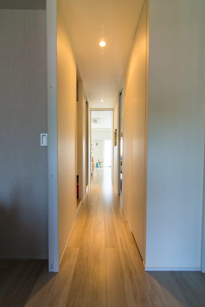 【廊下】建具は全て天井高に揃え、スッキリとした印象になりました。