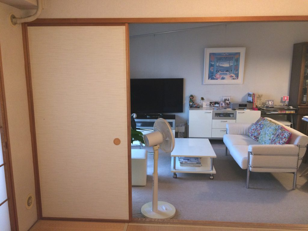 独立型のキッチンと建具の配色は暗い印象で、和室が南側の空間を分断していました。