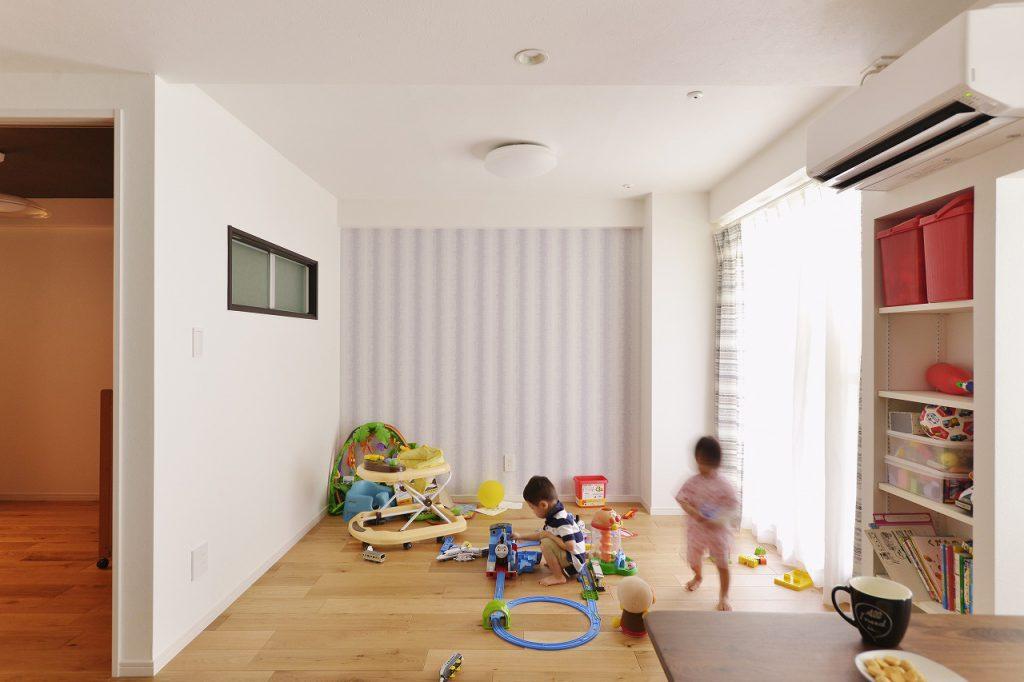 【ダイニング】住んでから最初の10年を充実させるために将来子供部屋にするスペースを壁で仕切らず、また親戚や友人が来た時のためにそのスペースをカーテンで仕切ることで寝室にもなり、普段は広い空間になるようにしました。