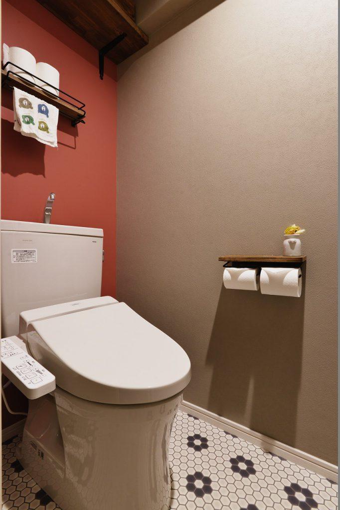 【トイレ】アクセントクロスを使用し、明るく清潔感のあるトイレにしました。