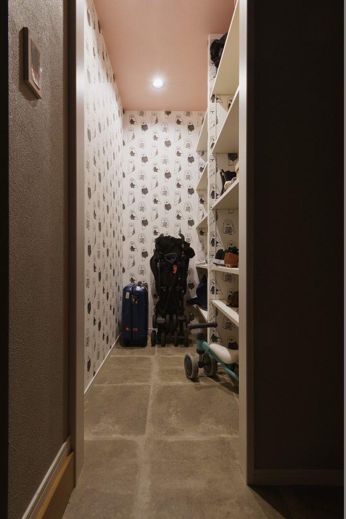 【シュークローク】玄関から繋がるシュークロークは、ベビーカー置き場にも最適です。動線が良く、家族が快適に過ごせます。