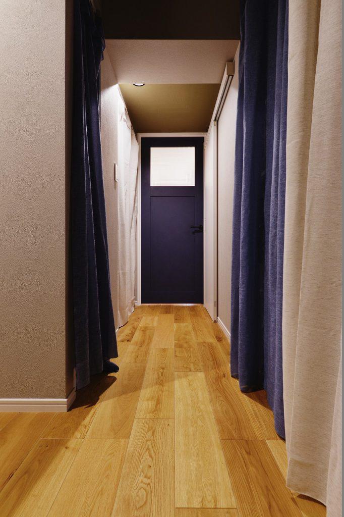 【廊下・収納】収納はカーテンで隠し、コストを抑えました。