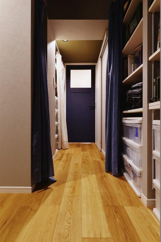 【廊下・収納】右側には衣類を、左側には書類や日用品を収納。玄関から直結しているため宅急便の対応や郵便の整理整頓が直ぐにできます。