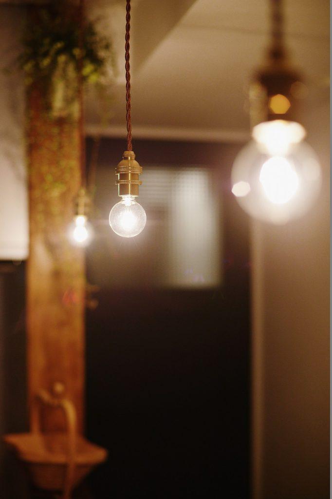 【照明】温かみのある吊り下げ照明を選択。優しい光で家族団らんの時間を灯します。