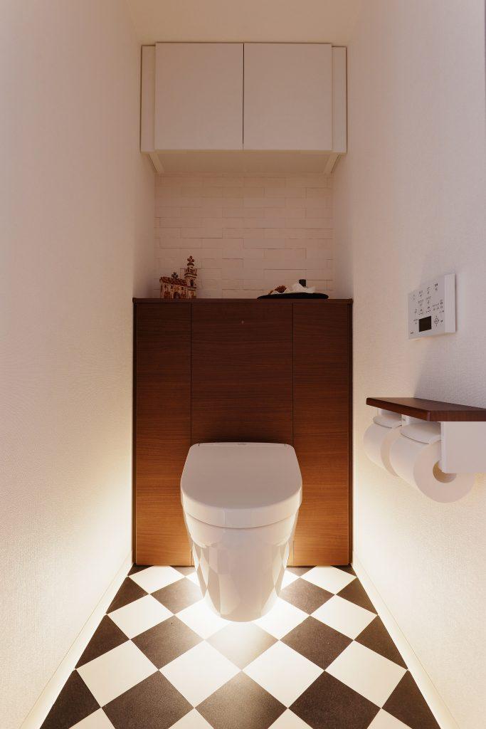 【トイレ】扉と調和のとれた床材が、良く映えます。