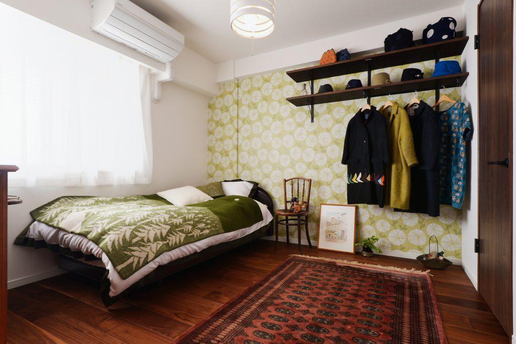 【寝室】アンティークな家具や洋服集めが趣味のお施主様。