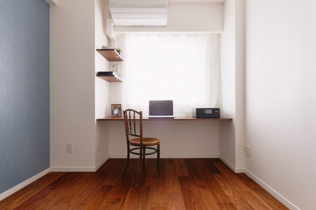 【ワークスペース】気分転換にもなる窓際のパソコン。寝室に設ける事で、自分時間も大切にしました。