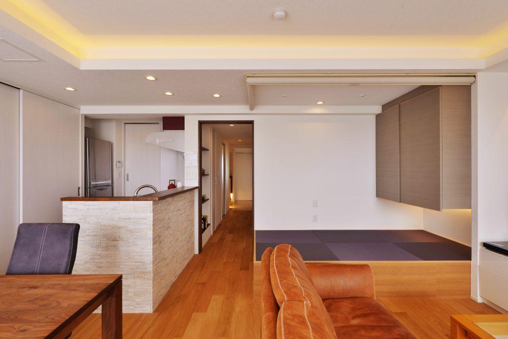 【LDK】天井高や梁を利用して間接照明を設けています。小上がり畳スペースは腰掛けたり、寝転んだり・・・家族が思い思いにスペースを使えます。