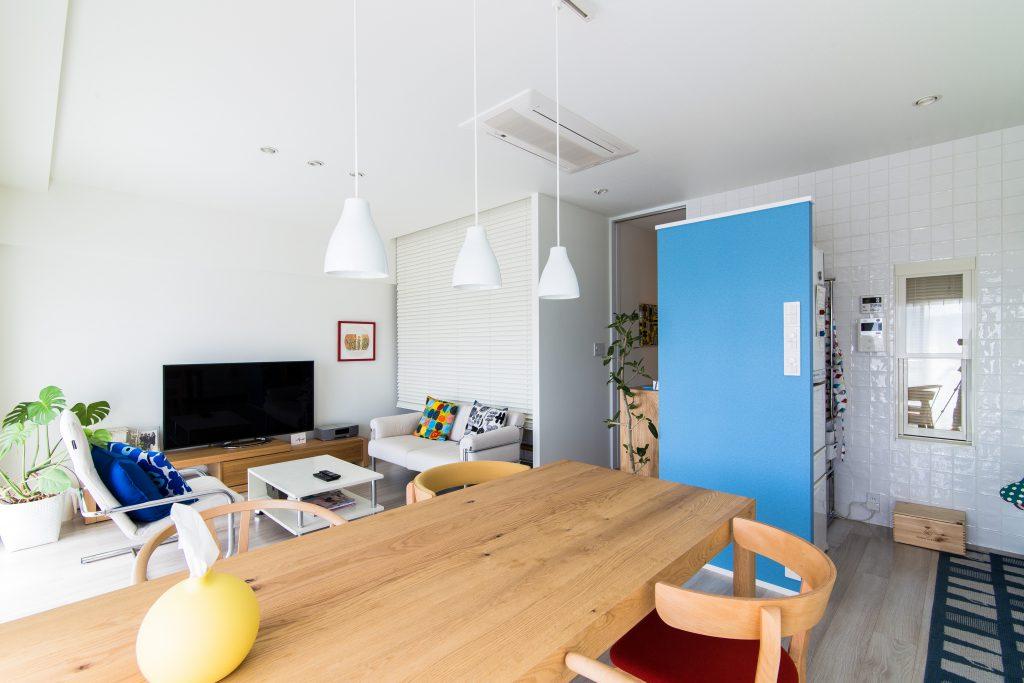 【LDK】ブルーの壁の内側は家電スペース。アクセントカラーで生活感を隠します。