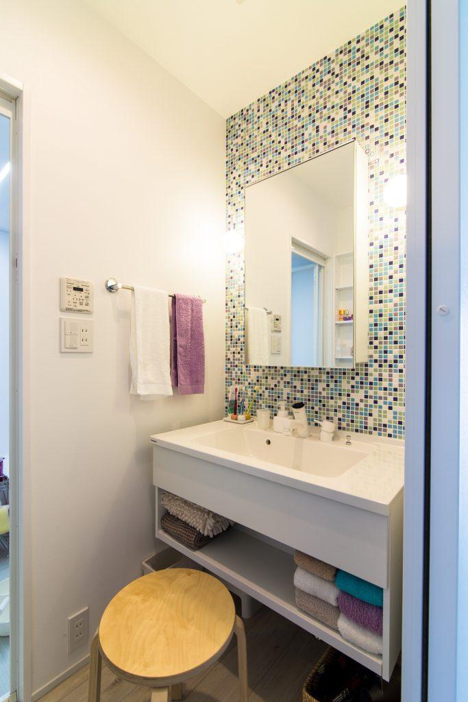 【洗面室】こちらもアクセントでモザイクタイルを使用。配色にもこだわりました。