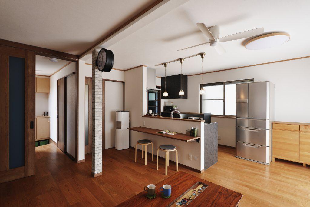 【リビング~キッチン】扉は全て折れ戸や引戸に。人と人がすれ違わないよう、回遊できる動線を計画。