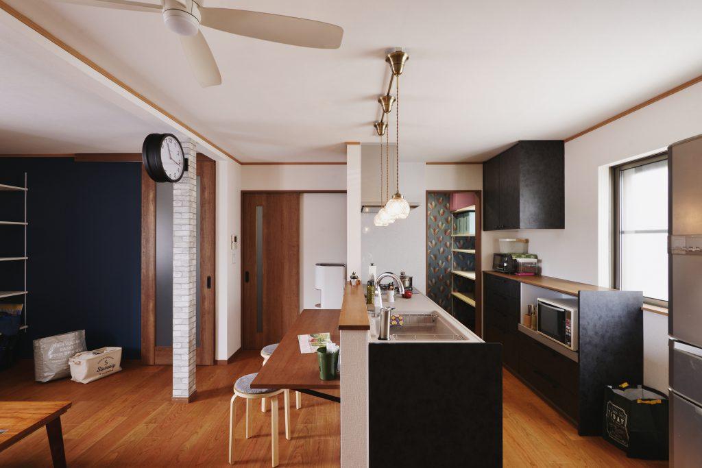 【キッチン】キッチン前カウンターがちょうどいい。 キッズスペース横には黒板クロスを採用。