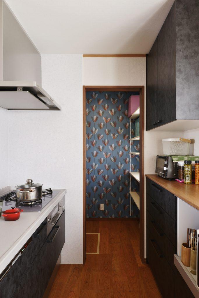 【パントリー】キッチンと洗面をつなぐ収納スペース。一回の買い物量が多いお家では収納計画も大事。