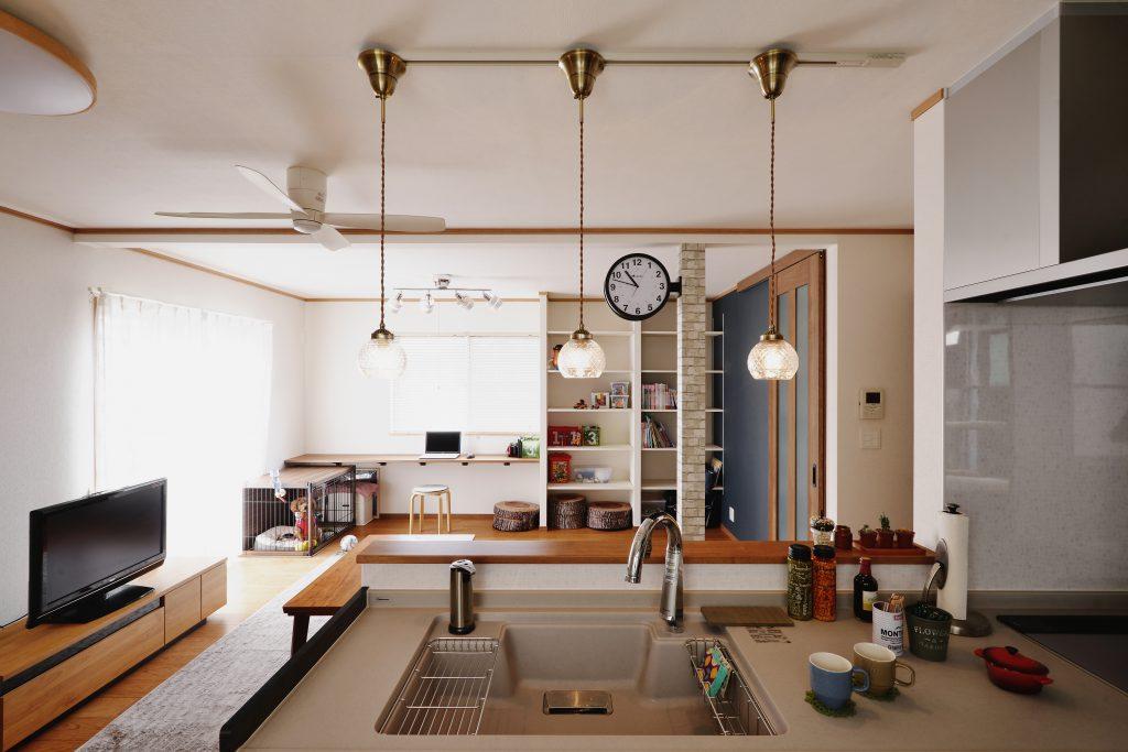 【キッチン~リビング】キッチンから子供たちの様子も見られるように。 照明を選んだり、柱に時計を付けたり、お客様自身が「我が家らしく育てていく家」になりました。