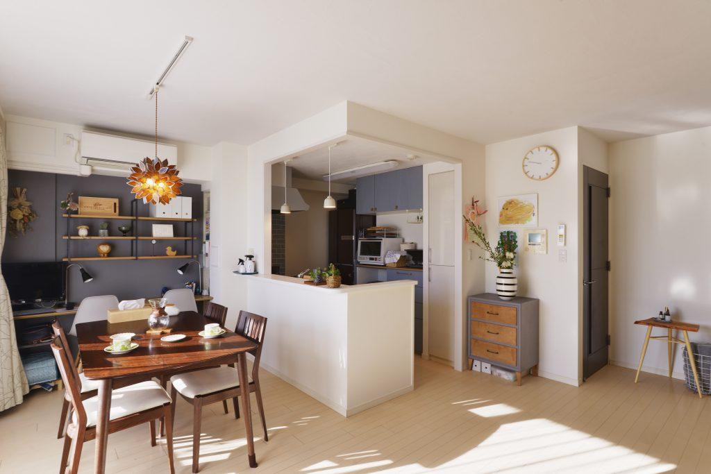 【リビング・キッチン】キッチンの吊戸棚が無くなって開放的で明るくなりました。 ダイニング奥の学習スペースは、上部の棚を圧迫感が無いようにと、フレームと棚板だけのシンプルなものを選定。