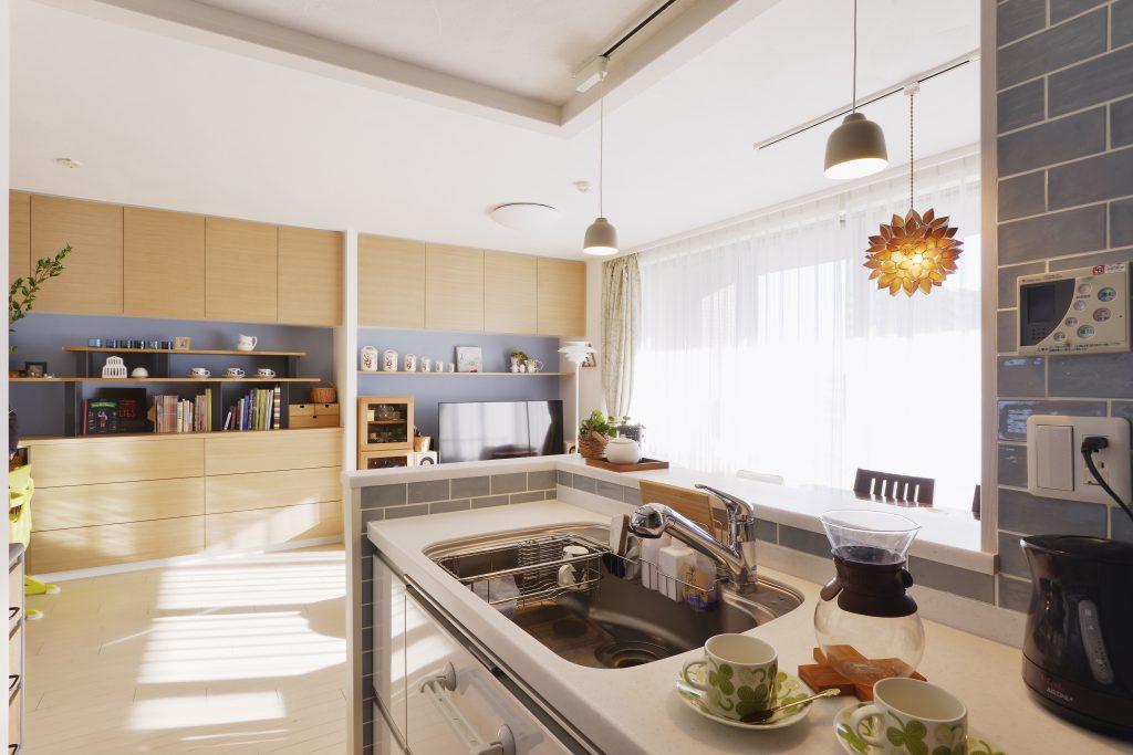 【キッチン~リビング】キッチンからの視界も広がって、家族の様子がよくわかるようになりました。