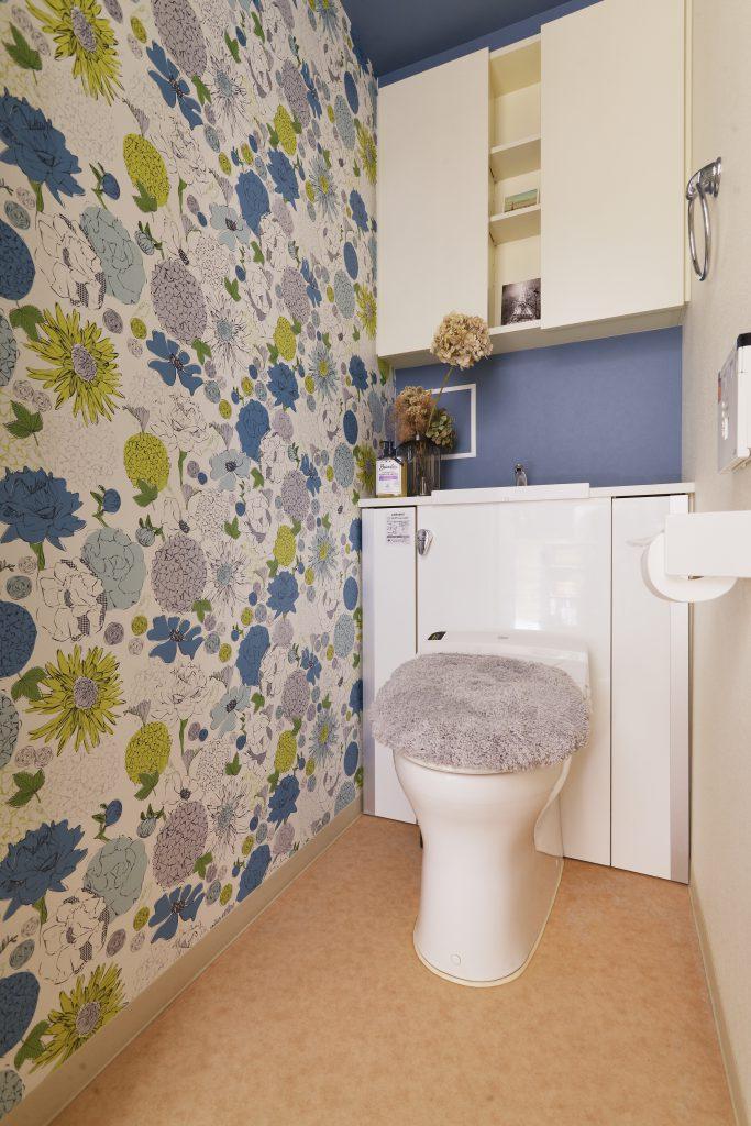 【トイレ】奥様お気に入りの壁紙を組み合わせて。