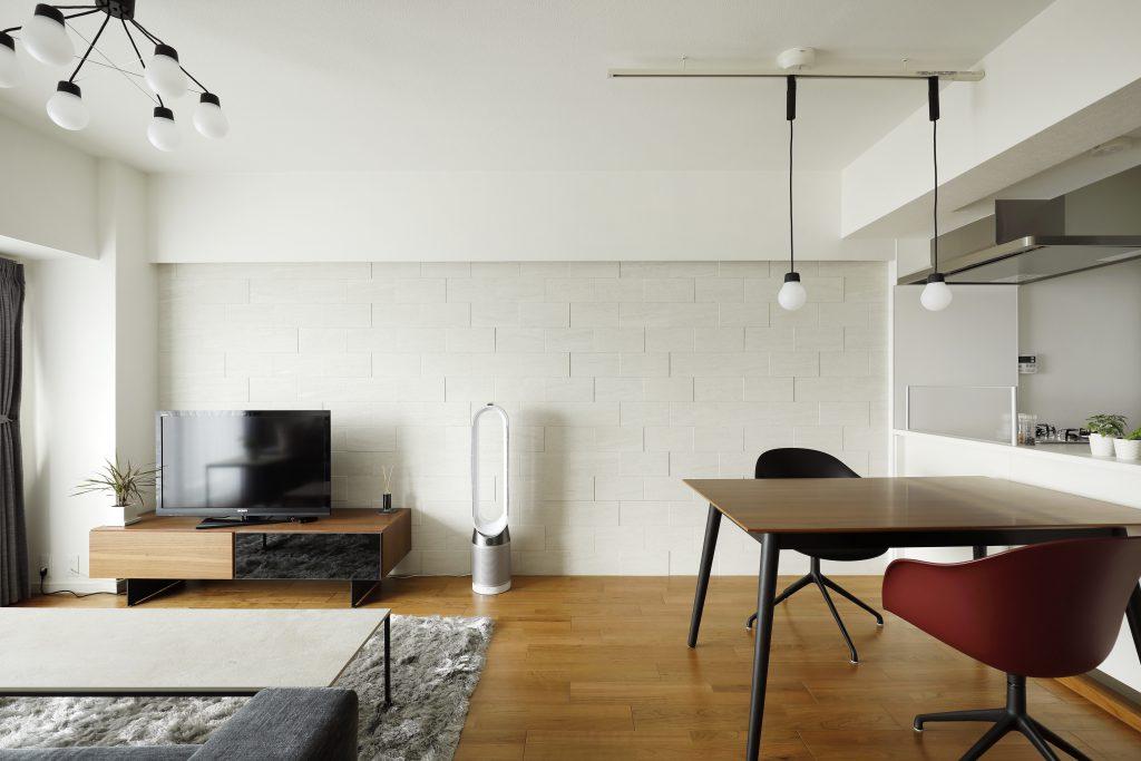 【リビング】壁面には凹凸のあるタイルを張ることで陰影を楽しめる工夫をしております。