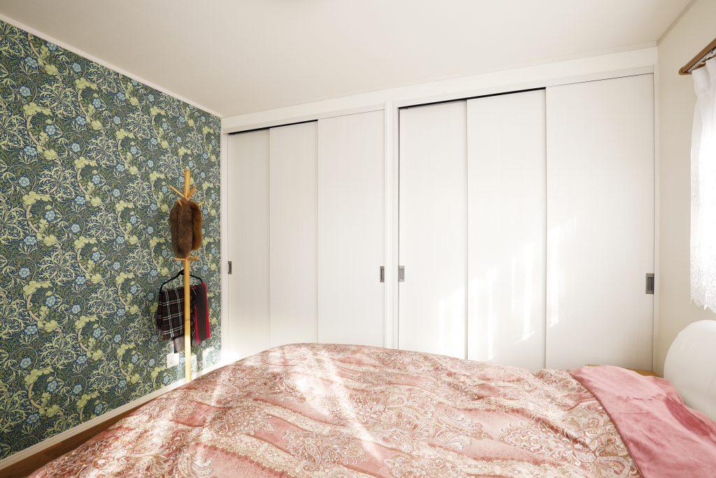 【寝室】アクセントクロスを選択することで白を基調としながらも、遊び心ある部屋へ変わりました。