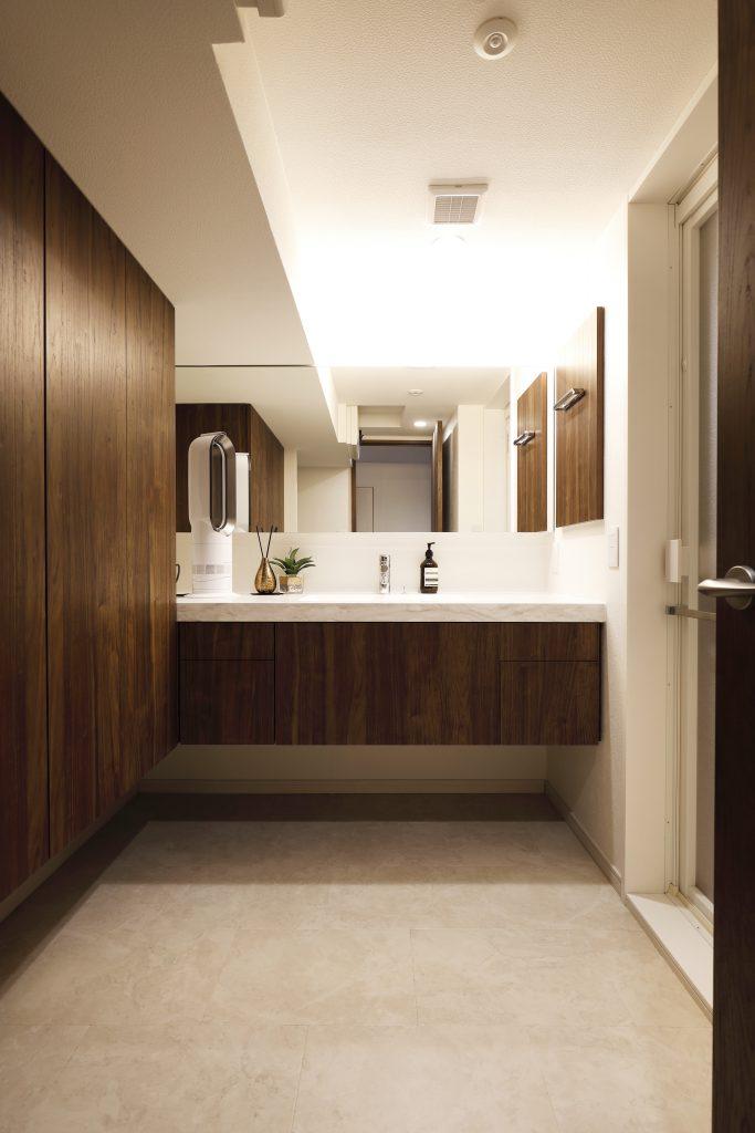 【洗面所】洗面台を造作して梁を活かすことで広い空間を演出。物を見せない様に必要量の収納を確保しました。
